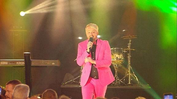 Ross Antony singt.