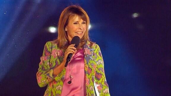 Ireen Sheer singt.