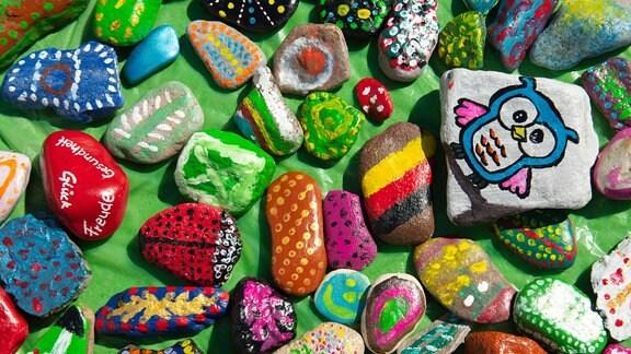 Bunte bemalte Steine zu einem Herz geformt liegen am 07.05.2020 vor dem Pflegeheim Schanzehof im thueringischen Tiefenor
