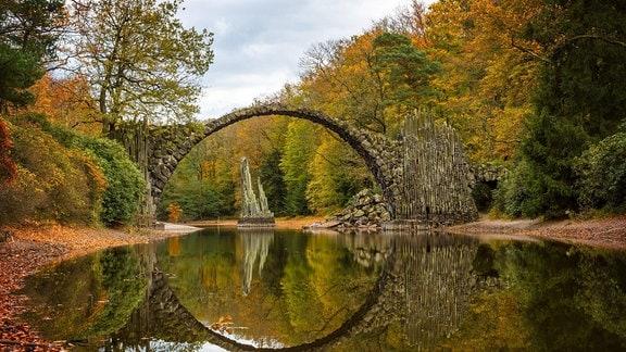 Herbst in Mitteldeutschland: Die Rakotzbruecke im Rhododendron Park Kromlau
