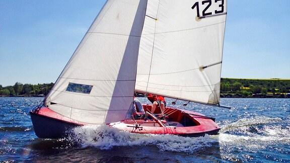 Ein Segelboot auf dem Süßen See