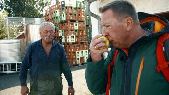 Zwei Männer stehen auf dem Hof der Kelterei Neubert