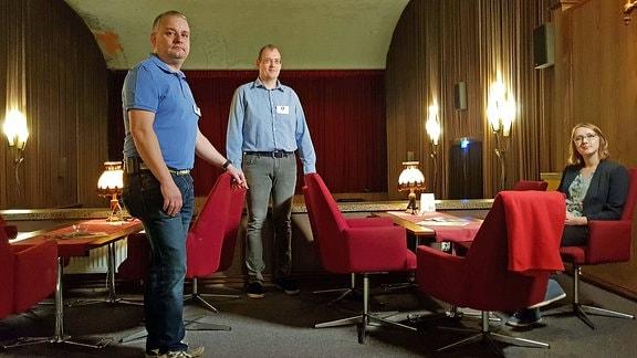 Die Betreiber des Kinovereins Weitblick in Burg bei Magdeburg sitzen in einem Kino