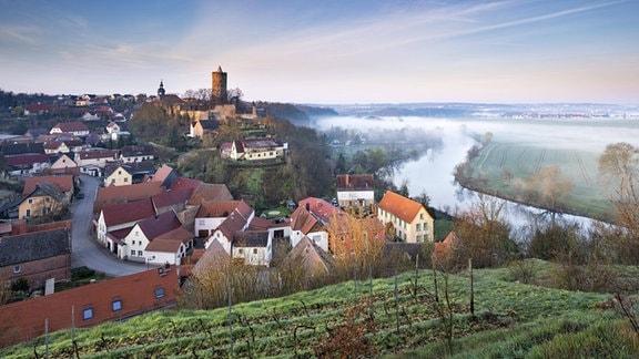 Morgennebel über der Saale, bei Naumburg, Sachsen-Anhalt, Deutschland