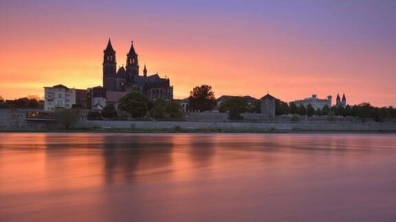 Ausblick über Fluss Elbe auf Magdeburger Dom