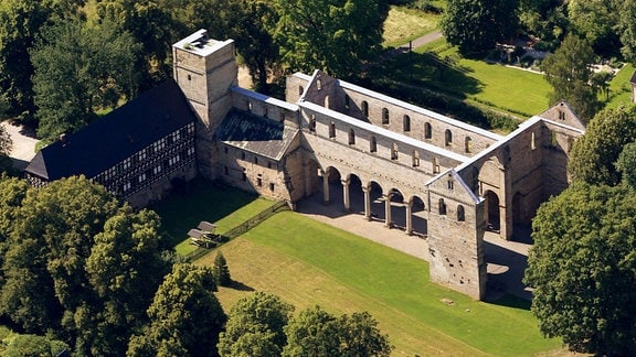 Luftbildaufnahme der Klosterruine in Paulinzella  im Rottenbachtal.