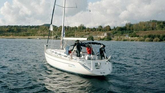 Ein Segelboot auf dem Berzdorfer See.