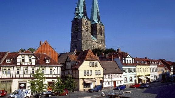 Türme der St. Nikolaikirche und Fachwerkhäuser in Quedlinburg