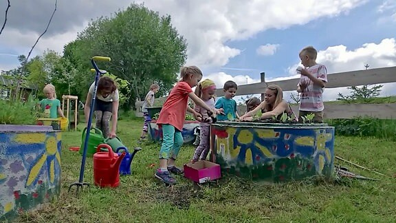 Kinder am Hochbeet