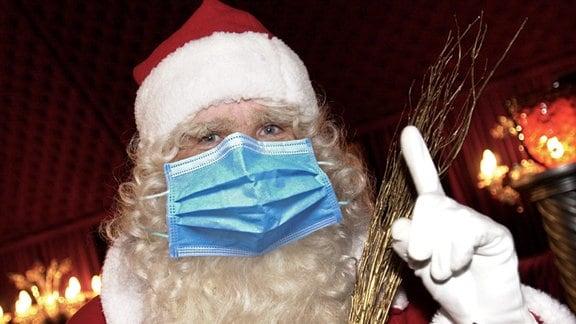 Weihnachtsmann traegt Mundschutz