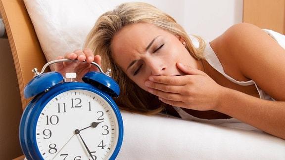 Schlaflosigkeit: Frau gähnt nachts halb drei