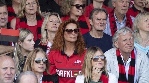 Sonnenhof Großaspach, Andrea Berg auf der Tribüne Fortuna Köln - SG Sonnehof Großaspach