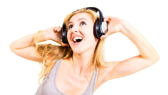 Junge Frau mit Kopfhörern singt