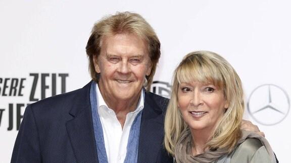 Howard Carpendale mit Lebensgefährtin Donnice Pierce bei der Premiere des Kinofilms Unsere Zeit ist jetzt im CineStar Sony Center.