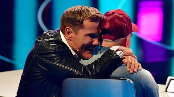Dieter Bohlen umarmt Pietro Lombardi.