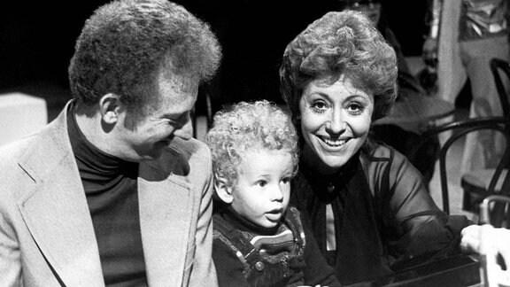 Die italienische Sängerin, Tänzerin, Entertainerin und Schauspielerin Caterina Valente mit Ehemann Roy Budd und Sohn Alexander, 1970
