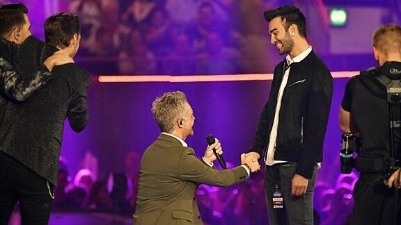 Christoff de Bolle von Klubbb3 macht seinem Freund Ritchie mittels Knicks einen Heiratsantrag auf der Bühne.