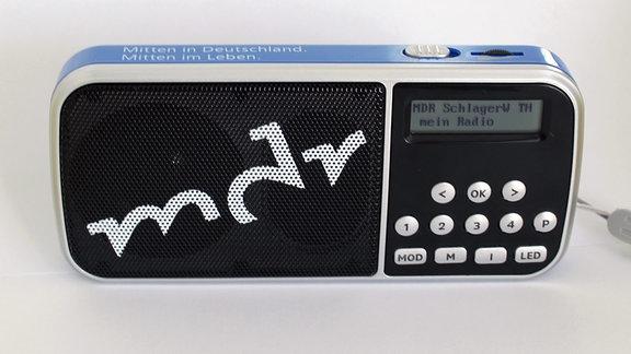 Ein DAB+ fähiges Radio steht auf einem Tisch.