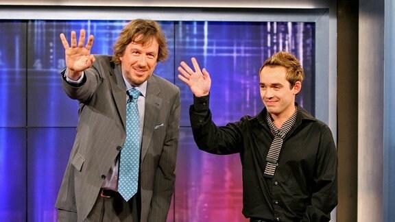 Fernsehmoderator Jörg Kachelmann (li., SUI) und Sänger Daniel Küblböck (GER) winken zum Abschluss der Aufzeichnung zur MDR-Unterhaltungsshow - Kachelmanns Spätausgabe