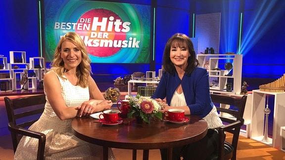 Stefanie Hertel sitzt mit Gaby Albrecht gemeinsam im Studio.