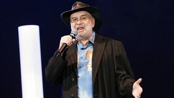 Sänger Drafi Deutscher singt während der groߟen Schlagerstarparade in Berlin auf der Bühne.