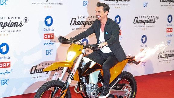 Florian Silbereisen auf einem Motorrad