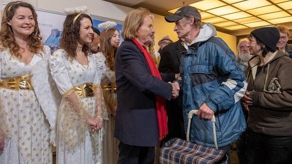 Frank Zander mit Obdachlosen und Bedürftigen bei seiner traditionellen Weihnachtsfeier
