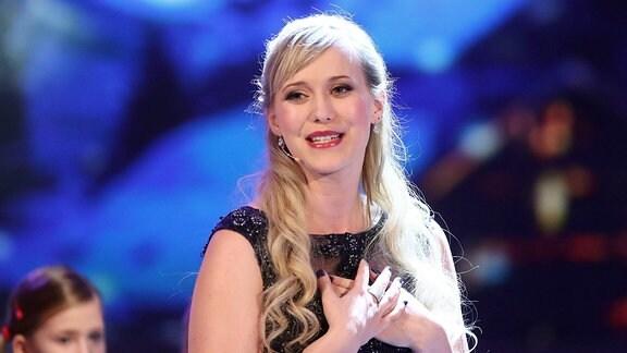 Sängerin Franziska Katzmarek während der MDR Fernsehshow Die große Show der Weihnachtslieder am 16.11.2018 im CCS Suhl.