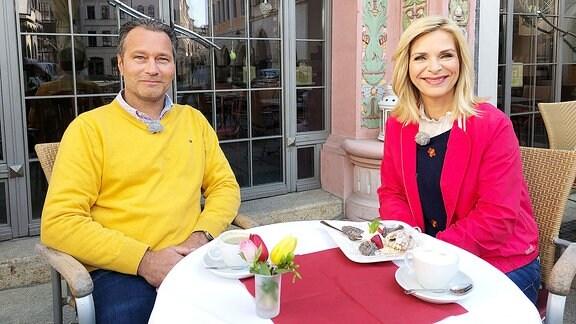 UtaBresan und ChristophZschornack sitzen im Ratscafe.