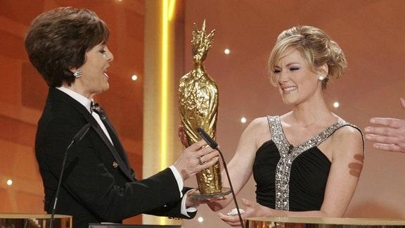 Laudatorin Paola überreicht Sängerin Helene Fischer die - Krone der Volksmusik - anlässlich der TV-Show - 11. Krone der Volksmusik