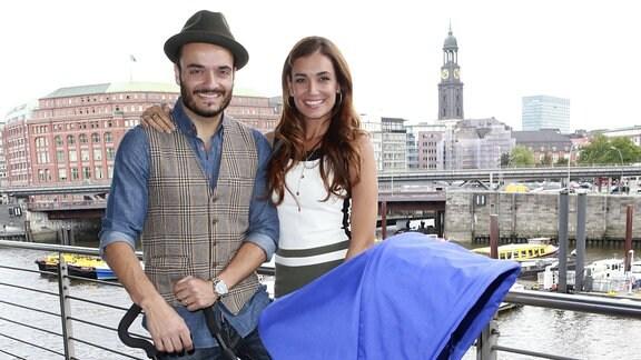 Giovanni Zarrella und Jana Ina Zarrella mit einem Kinderwagen