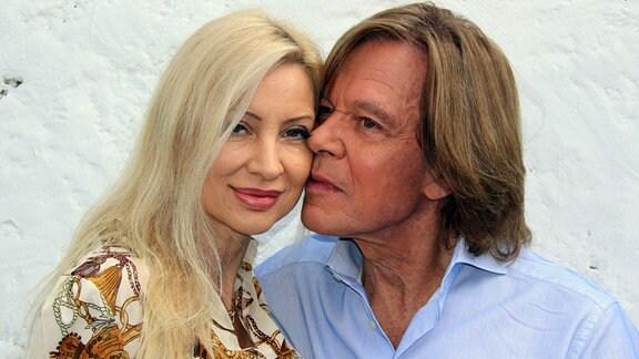Jürgen Drews turtelt mit Ehefrau Ramona während der ARD-TV-Sendung Immer wieder sonntags .