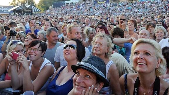 ROLAND KAISER - KAISERMANIA. Begeistertes Publikum während des KAISERMANIA - Konzertes von Sänger Roland Kaiser am 02.08.2013 anläßlich der Filmnächte am Elbufer in Dresden.