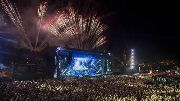 Das Feuerwerk zum Finale der Show während eines Kaisermania-2017-Konzerts in Dresden.