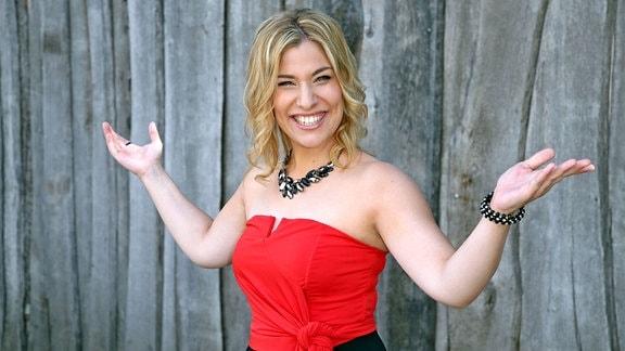 Sängerin Laura Wilde während der ARD - Unterhaltungsshow Immer wieder Sonntags im Europapark Rust.