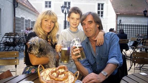 Horst Jüssen mit seiner Frau Lena Valaitis und Sohn David. 1996