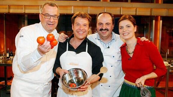 V.l.n.r.: Fernsehkoch Rainer Sass (GER), Sänger Patrick Lindner (GER), Sternekoch Johann Lafer (AUT) und Köchin Sarah Wiener (AUT) anlässlich der JOHANNES B. KERNER SHOW in Hamburg.