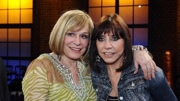 Die Sängerinnen Mary Roos (l-r) und ihre 5 jahre jüngere Schwester Tina York zu Gast in der WDR Talkshow Kölner Treff.