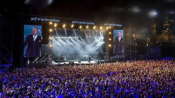 Schlager-Sänger Roland Kaiser während des ersten Konzertes der Kaisermania im Rahmen der Filmnächte am Elbufer in Dresden.