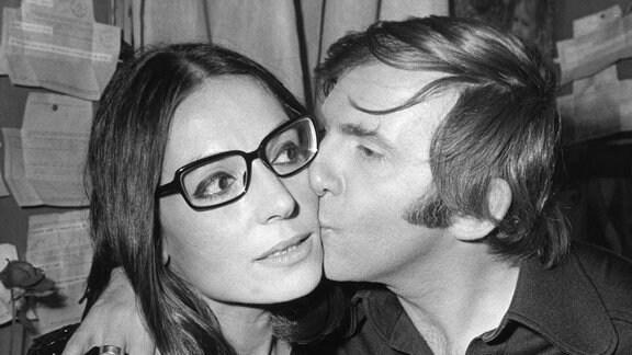 Nana Mouskouri bekommt einen Kuss, Aufnahme von 1971