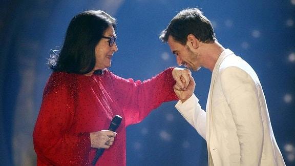 Sängerin Nana Mouskouri und Fernsehmoderator Florian Silbereisen während der ARD Fernsehshow Das Sommerfest am See