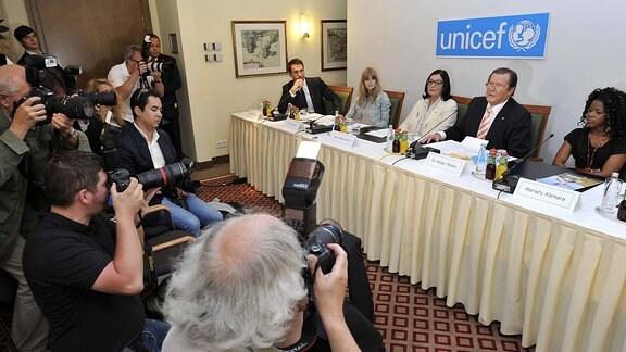 V.l.n.r.: Alexander Mazza, Julia Stegner, Nana Mouskouri, Sir Roger Moore und die UNICEF-Botschafterin für Kinder im Krieg, Mariatu Kamara.
