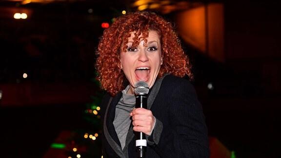 Lucy Diakovska mi8t einem Mikrofon.