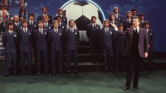 Peter Alexander mit der deutschen Fußballnational- Mannschaft, 1986
