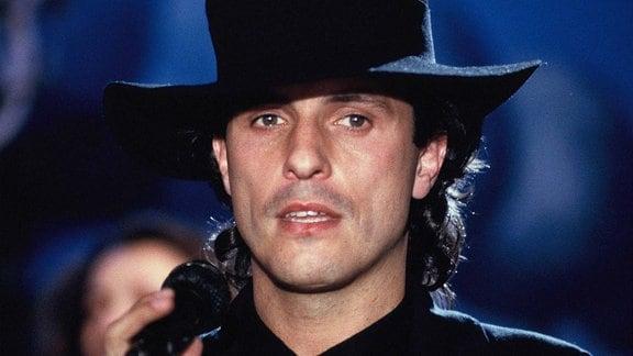 Der Musiker Peter Schilling mit Hut bei einem Auftritt 1988