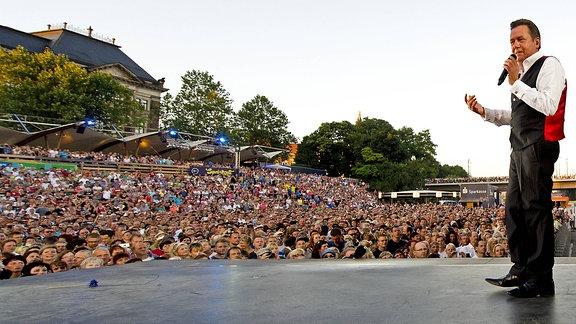 Schlagersänger Roland Kaiser singt am Freitagabend (02.08.13) vor Tausenden Fans bei den Filmnächten am Elbufer in Dresden