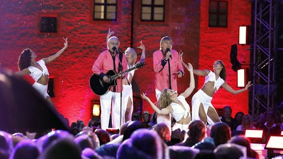 Die Amigos bei der Aufzeichnung der MDR TV-Show Die Schlager des Sommers im Innenhof des Wasserschlosses Klaffenbach.
