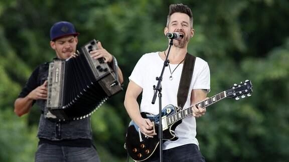 Die Musiker der Gruppe ''Sofa 27'' bei der Aufzeichnung der MDR TV-Show Die Schlager des Sommers im Innenhof des Wasserschlosses Klaffenbach.
