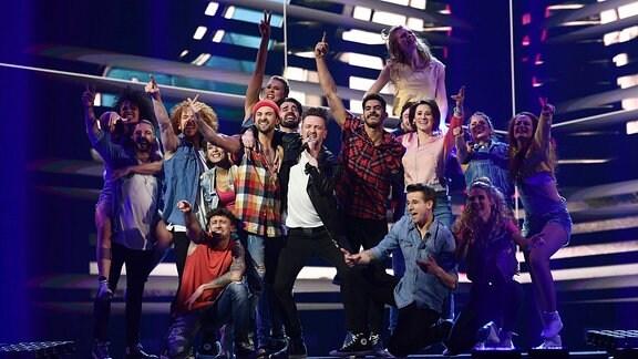 Ben Zucker performt mit den Startänzern den Song 'Was für eine geile Zeit'.