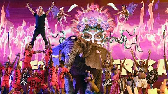 Das Ensemble des Musicals 'Afrika! Afrika!' und Florian Silbereisen.